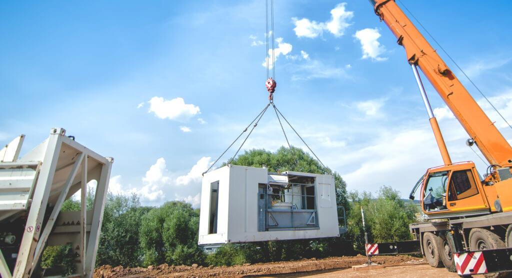 Großer Industriekran, der ein mobiles Zementwerk bewegt